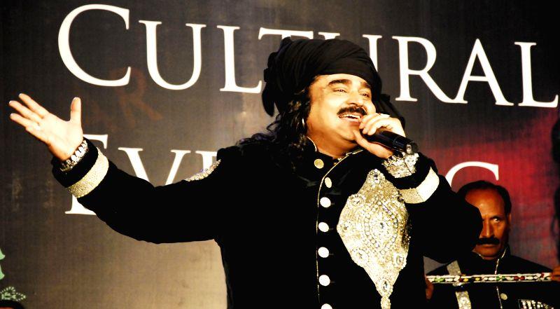 Pakistani Punjabi folk singer Arif Lohar performs during 'Pakistani Show' in Amritsar on May 10, 2014.