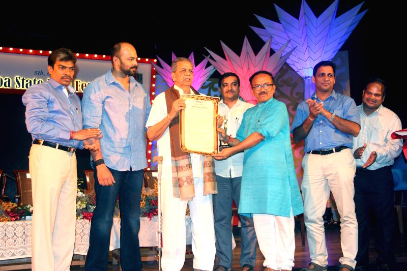 Goa Chief Minister Laxmikant Parsekar felicitates veteran film editor Waman Bhonsle with Life Time Achievement Award during Goa State Film Festival in Panaji, on April 2, 2015. Also seen ... - Laxmikant Parsekar and Rohit Shetty