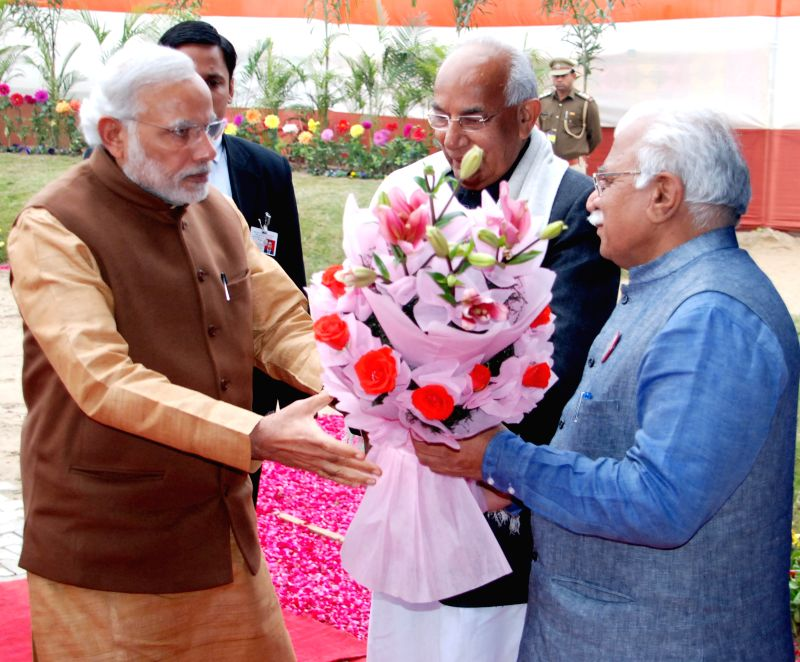 Haryana Governor Kaptan Singh Solanki and Chief Minister Manohar Lal Khattar welcome Prime Minister Narendra Modi at `Beti Bachao-Beti Padhao` programme in Panipat, Haryana on Jan 22, 2015. - Manohar Lal Khattar, Narendra Modi and Kaptan Singh Solanki