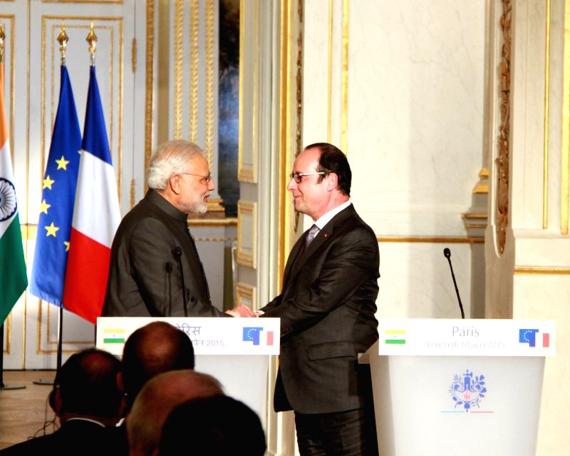 French President Francois Hollande(R) shakes hands with visiting Indian Prime Minister Narendra Modi during the press conference in Paris, France, on April 10, 2015. ... - Narendra Modi
