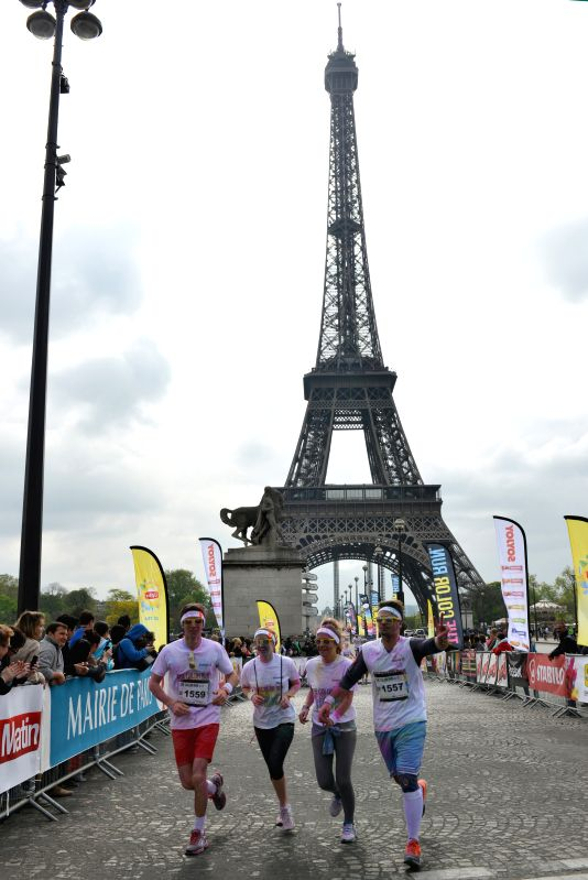 Runners covered in coloured powder take part in the 5-kilometer Color Run race in Paris, capital of France, on April 13, 2014. (Xinhua/Li Genxing)