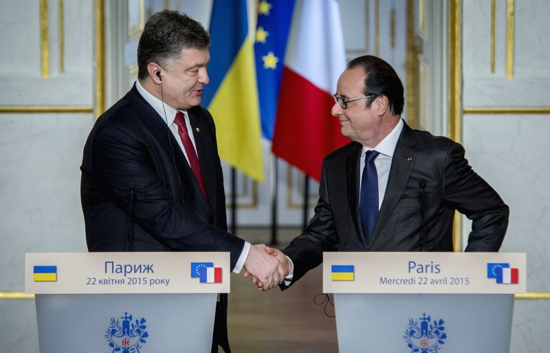 French President Francois Hollande (R) and Ukrainian President Petro Poroshenko attend a press conference in Paris, France, April 22, 2015. France and Ukraine ...