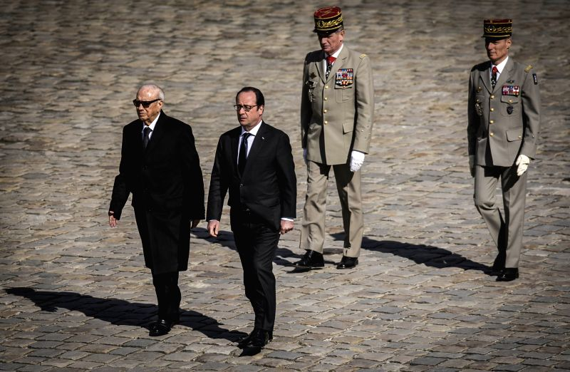 Tunisian President Beji Caid Essebsi (L) attends a welcoming ceremony hosted by French President Francois Hollande in Paris April 7, 2015.