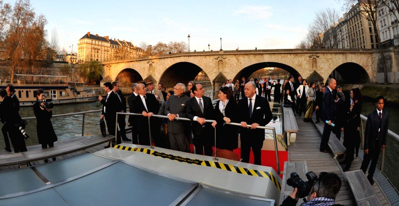 Paris (France): Prime Minister Narendra Modi and the French President Francois Hollande take boat ride on La Seine in Paris on April 10, 2015. - Narendra Modi