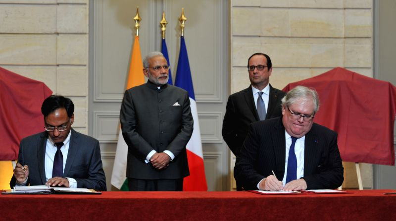 Paris (France): Prime Minister Narendra Modi and the French President Francois Hollande during the agreement signing ceremony in Paris, France on April 10, 2015. - Narendra Modi