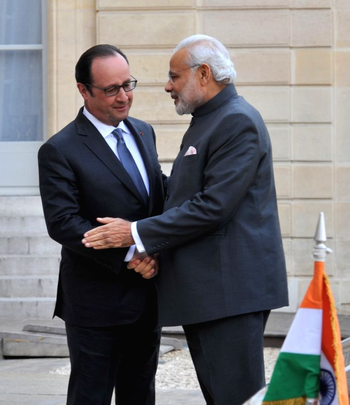 Paris (France): Prime Minister Narendra Modi with the French President Francois Hollande, in Paris on April 10, 2015. - Narendra Modi