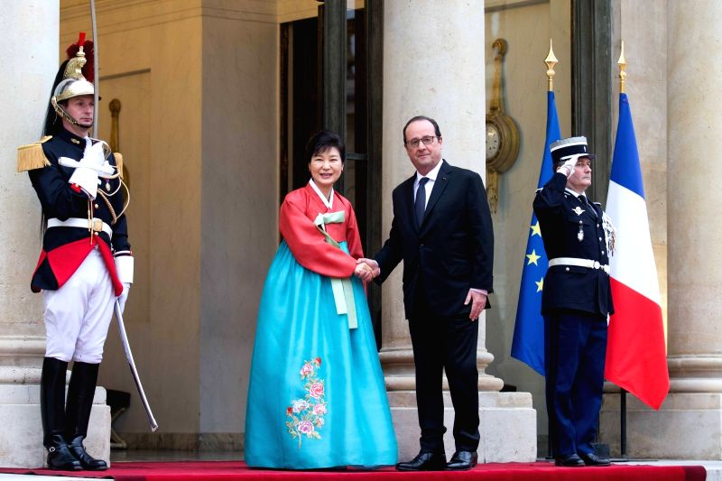 PARIS, June 3, 2016 - French President Francois Hollande(R) welcomes South Korean President Park Geun hye prior to an official dinner at elysee palace in Paris, France on June 3, 2016.