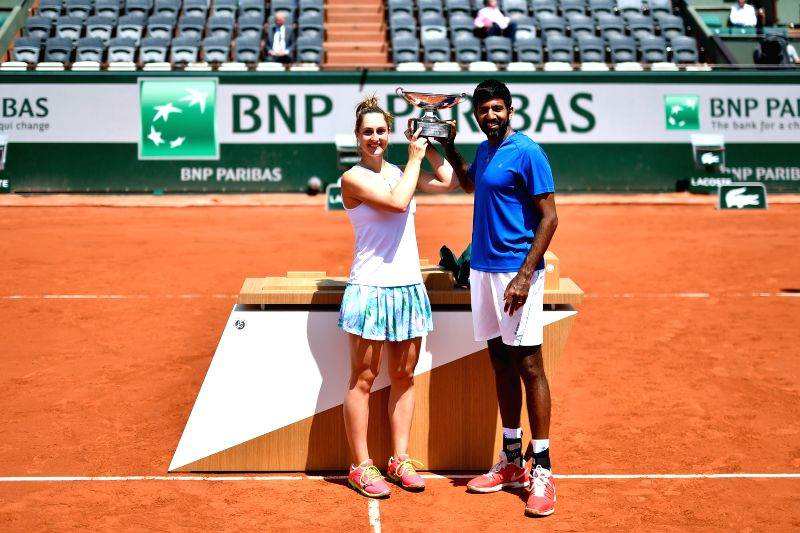 PARIS, June 8, 2017 - Gabriela Dabrowski (L) of Canada and Rohan Bopanna of India pose during the awarding ceremony after the mixed doubles final match against Anna-Lena Groenefeld of Germany and ... - Rohan Bopanna