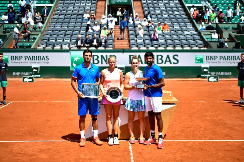 PARIS, June 8, 2017 - Robert Farah (1st L) of Colombia, Anna-Lena Groenefeld (2nd L) of Germany , Gabriela Dabrowski (2nd R) of Canada and Rohan Bopanna of India pose during the awarding ceremony ... - Rohan Bopanna