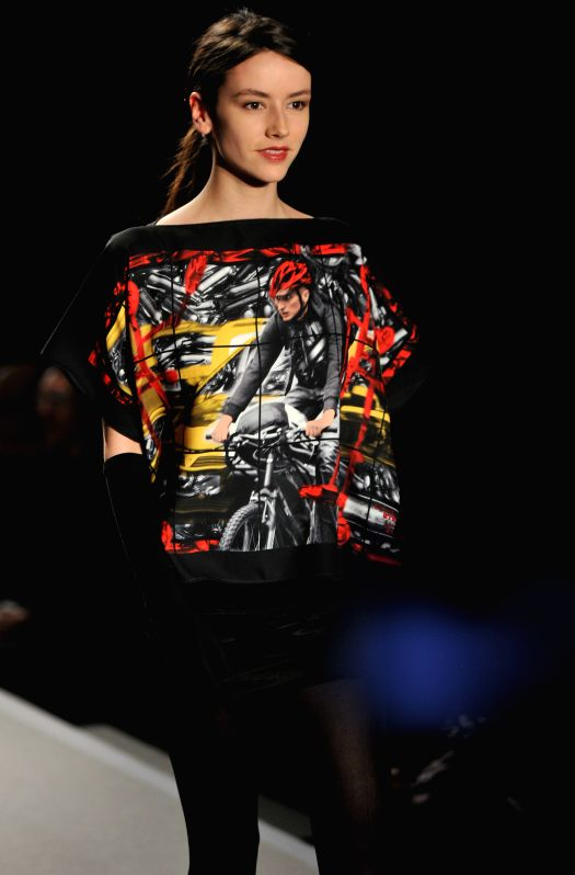 A model presents a creation of agnes b. during the Paris Fashion Week fall/winter 2015-2016 in Paris, France, on March 10, 2015. (Xinhua/Chen Xiaowei)