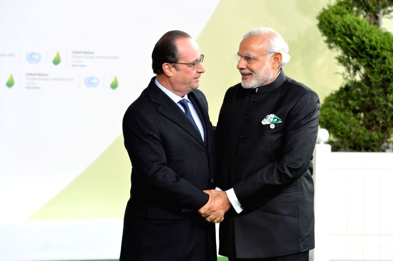 Paris : Prime Minister Narendra Modi being received by the France President Francois Hollande on his arrival for the UNFCCC Climate Conference, in Paris, France on Nov 30, 2015. - Narendra Modi