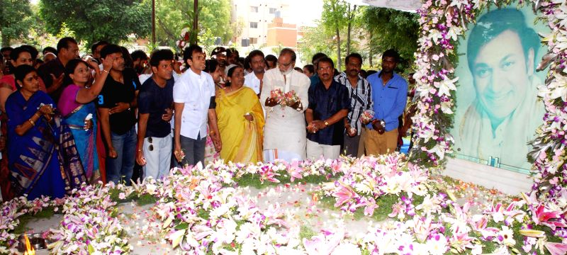 Parvathamma Rajukmar along with family members, actors Raghavendra Rajkumar, Shivarjkumar, Puneet Rajkumar, Geetha Shivarajkumar and fans paying floral tributes to Dr. Rajkumar on his 7th death ... - Raghavendra Rajkumar, Shivarjkumar, Puneet Rajkumar and Geetha Shivarajkumar