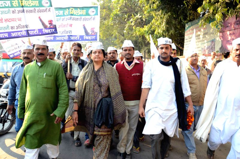 Aam Aadmi Party (AAP) leader Parveen Amanullah leads a march on the foundation day of the party in Patna on Nov 26, 2014.