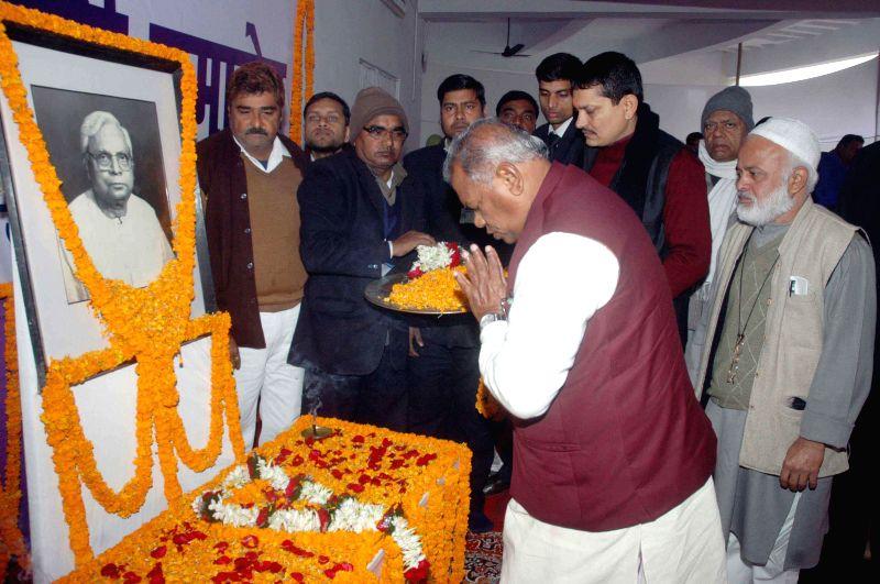Bihar Chief Minister Jitan Ram Majhi pays tribute to Ghulam Sarwar on his birth anniversary in Patna, on Jan 10, 2015. - Jitan Ram Majhi