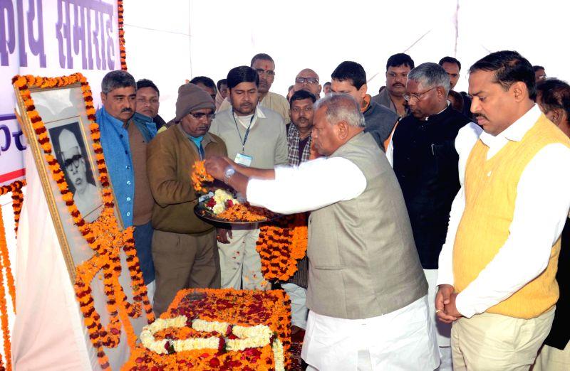 Bihar Chief Minister Jitan Ram Majhi pays tribute to Indian independence activist Jaglal Choudhary on his birth anniversary in Patna on Feb 5, 2015. - Jitan Ram Majhi