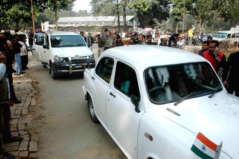 Bihar Chief Minister Jitan Ram Majhi's motorcade enters the residence of JD(U) leader Nitish Kumar in Patna, on Feb 7, 2015. - Jitan Ram Majh