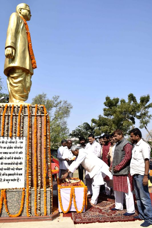 Bihar Chief Minister Nitish Kumar pays tribute to Ram Manohar Lohia on his birth anniversary in Patna, on March 23, 2015. - Nitish Kumar