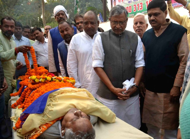 Patna: BJP leader Sushil Kumar Modi pay his last respect to Rashtriya Lok Samata Party (RLSP) MLA Basant Kumar Kushwaha who died of heart attack in Patna on Nov 30, 2015. - Sushil Kumar Modi and Basant Kumar Kushwaha
