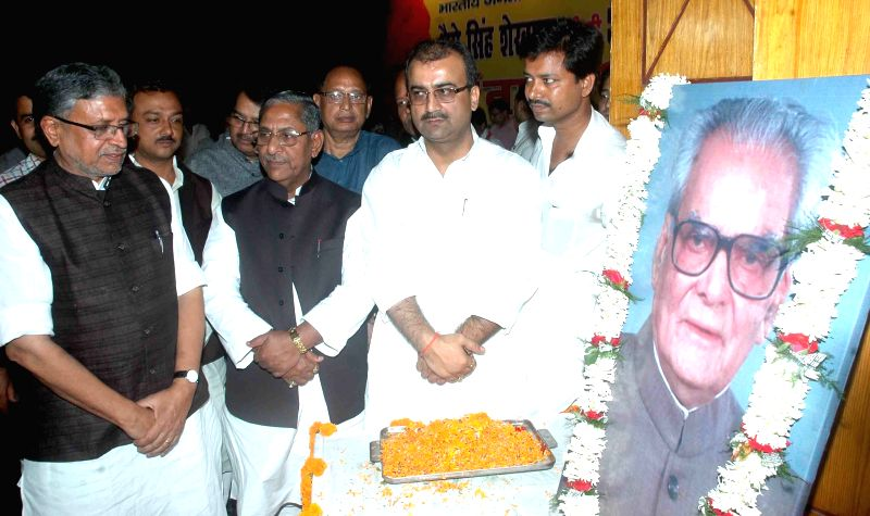 BJP leader Sushil Kumar Modi pays homage to former vice president Bhairon Singh Shekhawat on his death anniversary at Ravindra Bhavan in Patna, on May 16, 2015. - Sushil Kumar Modi