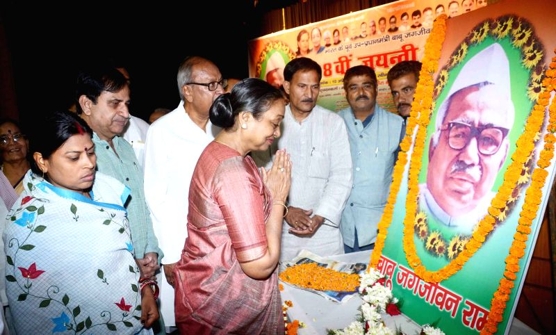 Congress leaders Meira Kumar, Shakeel Ahmad and others during a programme organised to pay tribute to Jagjivan Ram in Patna, on April 10, 2015. - Meira Kumar
