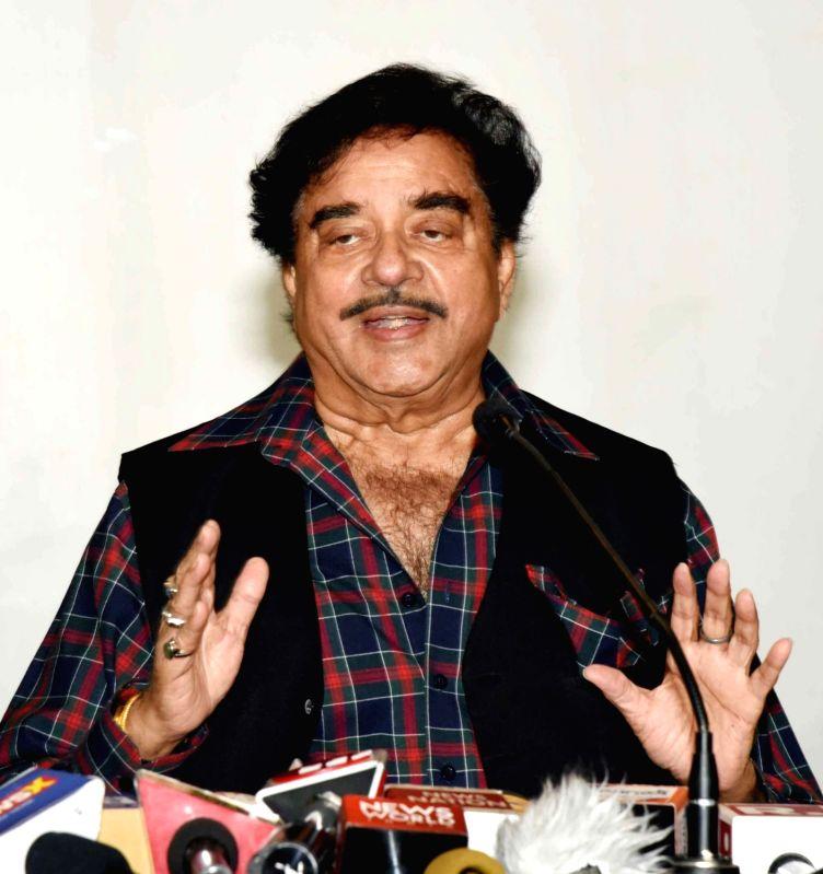 Patna: Congress' Lok Sabha candidate from Patna Sahib Shatrughan Sinha addresses a press conference in Patna on May 23, 2019.