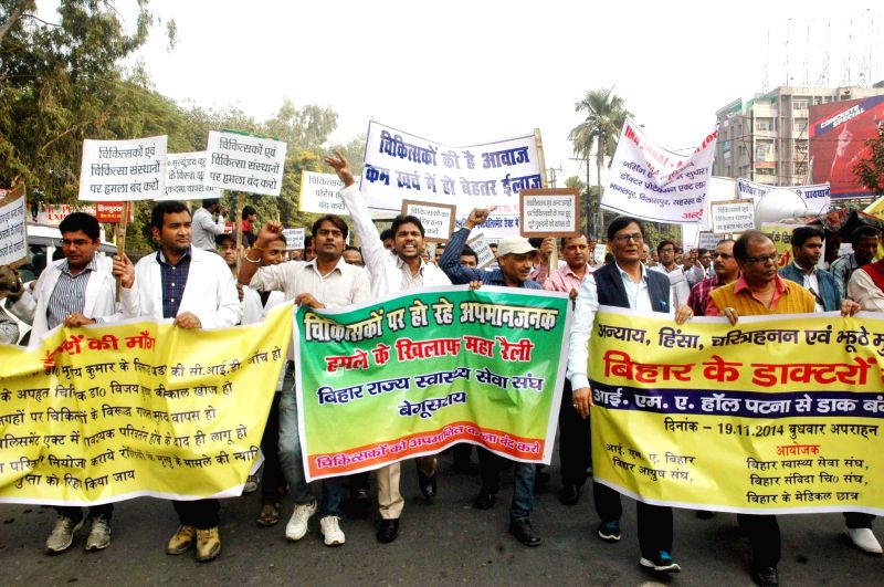Doctors stage a demonstration to protest against attacks on them in Patna, on Nov 19, 2014.