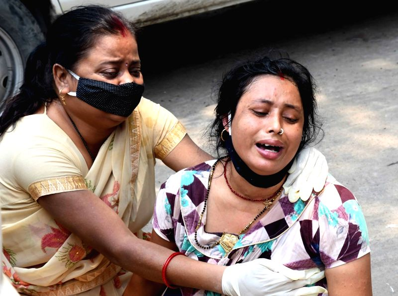 Patna:  Family members mourn the death of a COVID-19 victim at Patna Medical College and Hospital (PMCH), amid a surge in coronavirus cases in record numbers across the country, in Patna on Monday 10 May, 2021.(Photo: AFTAB ALAM SIDDIQUI/ IANS)