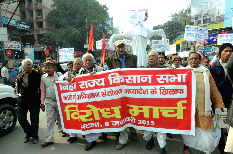 Farmers stage a demonstrations against recent amendments to the land acquisition act, made through an ordinance, in Patna, on Jan 8, 2015.