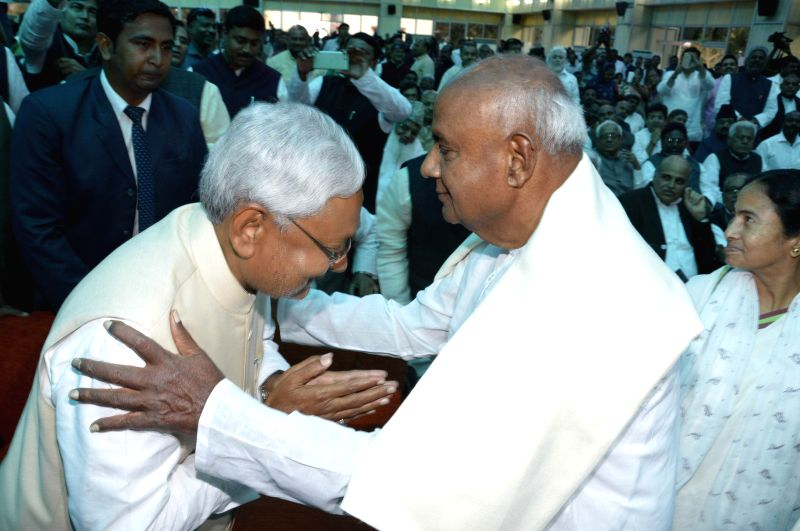 Former prime minister and JD (S) chief H D Deve Gowda during JD(U) leader Nitish Kumar's swearing-in ceremony as the chief minister of Bihar at Raj Bhavan in Patna on Feb 22, 2015.