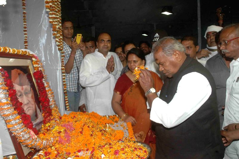 Hindustani Awam Morcha (HAM) leader Jitan Ram Manjhi pays tribute to former Bihar chief minister Ram Sundar Das during a programme in Patna, on March 20, 2015.