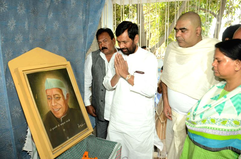 LJP chief and Union Minister for Consumer Affairs, Food and Public Distribution Ramvilas Paswan pays tribute to former Bihar Chief Minister Ram Sundar Das in Patna, on March 8, 2015.
