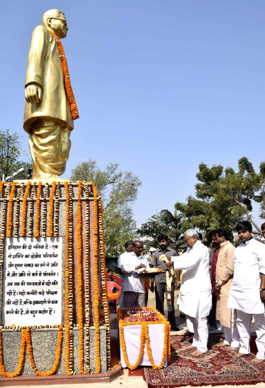 Patna: Bihar Chief Minister Nitish Kumar pays tribute to Ram Manohar Lohia on his birth anniversary in Patna, on March 23, 2015. - Nitish Kumar