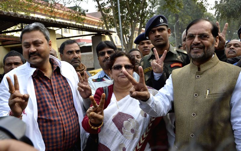 Rebel MLAs Gyanendra Singh Gyanu, Ravindra Rai and others at Patna High Court in Patna, on Jan 6, 2015. The High Court reinstated membership of four rebels of the party, who were earlier ... - Uday Narayan Chaudhury, Gyanendra Singh Gyanu and Ravindra Rai