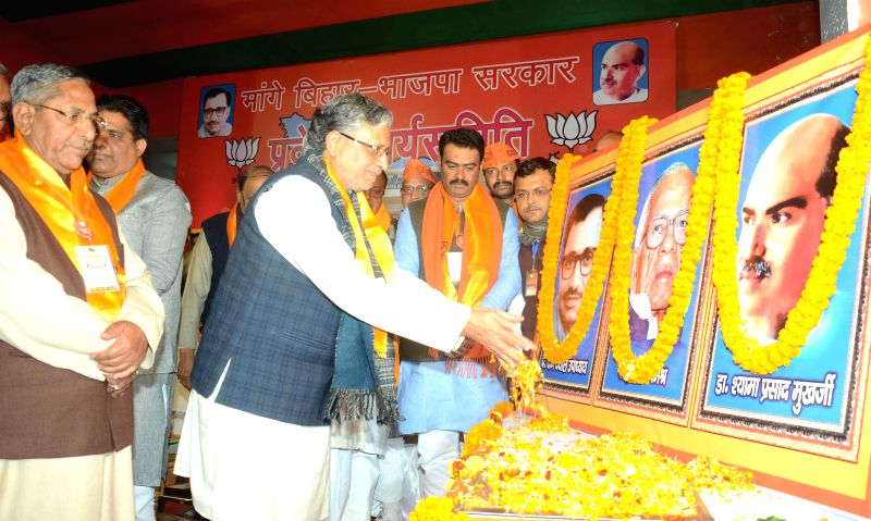 Sushil Kumar Modi with other BJP leaders during a party programme in Patna on Jan 5, 2015. - Sushil Kumar Modi