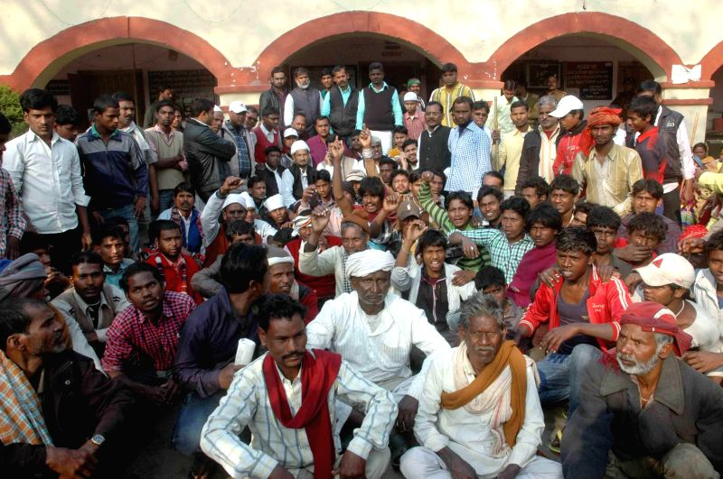 The supporters of Bihar Chief Minister Jitan Ram Majhi stage a sit-in demonstration  in Patna on Feb 7, 2015. Bihar Chief Minister Jitan Ram Manjhi Saturday met his predecessor Nitish Kumar ... - Jitan Ram Majhi and Nitish Kumar