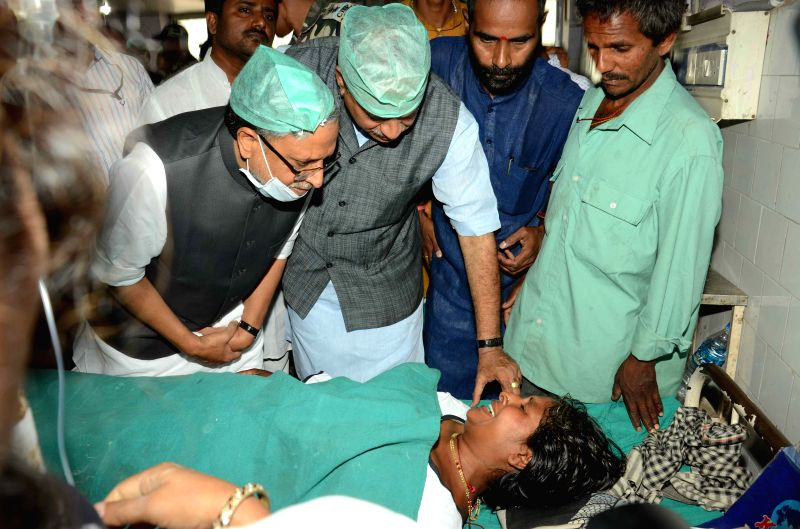 Union Chemicals and Fertilizers Minister Anantha Kumar and BJP leader Sushil Kumar Modi visit an earthquake victim admitted in Patna Medical College and Hospital on April 29, 2015. - Sushil Kumar Modi