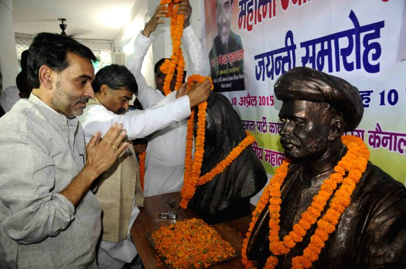 Union MoS for Human Resources Development Upendra Kushwaha pays tribute to Mahatma Phule in Patna, on April 10, 2015.