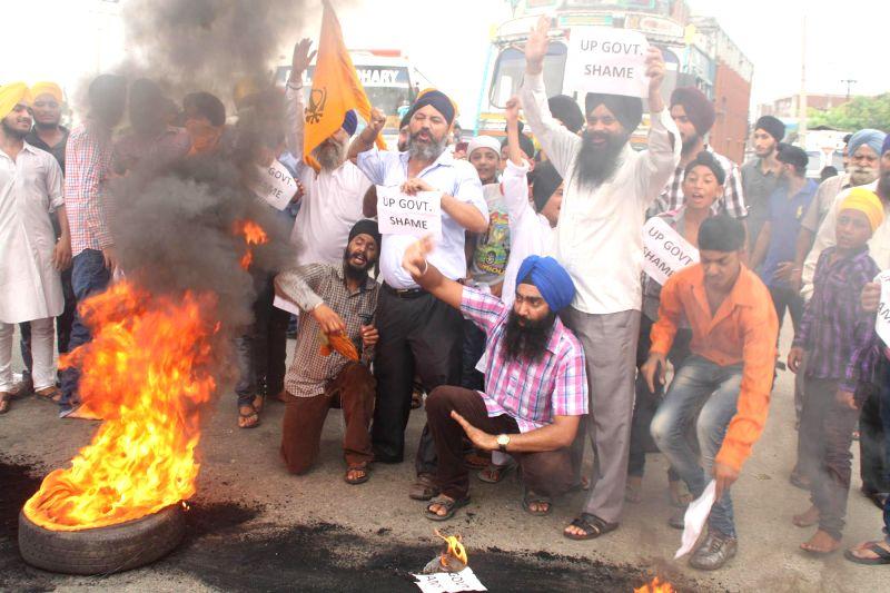 People demonstrate against Akhilesh Yadav led Uttar Pradesh government in Jammu on July 27, 2014. - Akhilesh Yadav