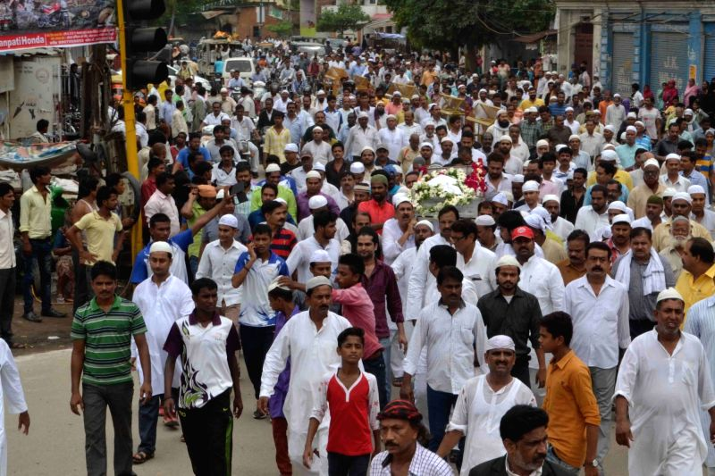 People in large numbers carry the coffin of hockey legend Mohammed Shahid who was died in a Gurgaon hospital after battling kidney and liver problems during his funeral procession; in ...