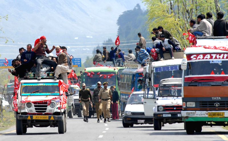 People participate in a road show of National Conference president and Union minister Farooq Abdullah in Ganderbal of Jammu and Kashmir April 23, 2014. - Farooq Abdullah