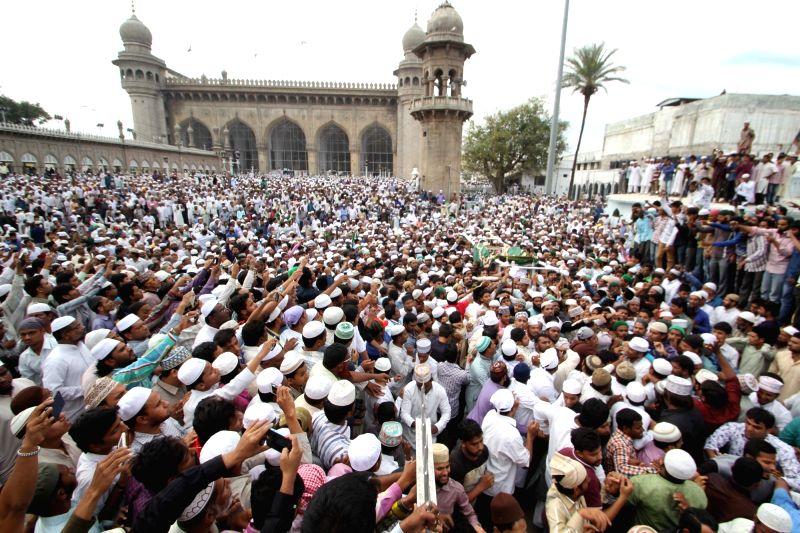 People participate in the funeral namaz of Mecca Masjid Imam Maulana Haafiz Qari Alhaaj Abdullah Quraishi Al-Azhari Rahmatullah Alaih at Mecca Masjid in Hyderabad, on Dec 9, 2015.