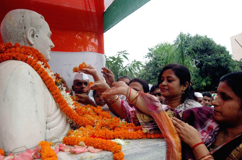 People pay floral tribute to former Prime Minister Rajiv Gandhi on his 70th birth anniversary in Patna on Aug 20, 2014.