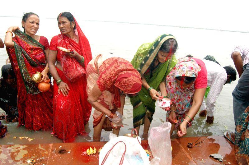 People perform rituals on the banks of the  Ganga river on Somvati Amavasya in Patna on Aug 25, 2014.