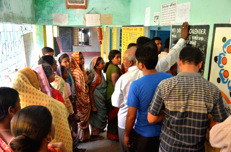 People queue-up to cast their votes at a polling booth during the eighth phase of 2014 Lok Sabha Polls in Bishnupur of West Bengal's Bankura district on May 7, 2014.