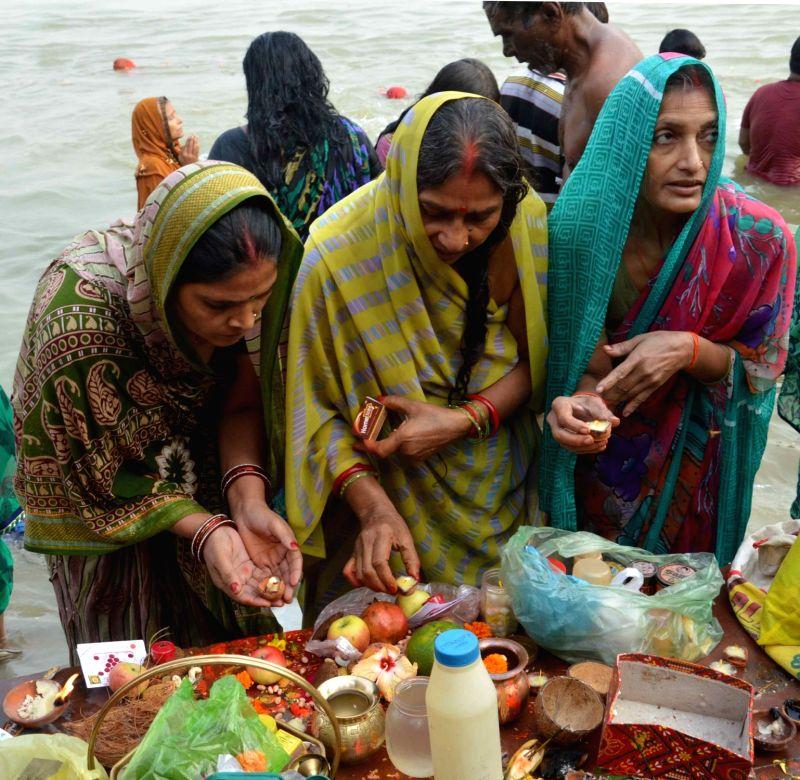 People throng Ganga ghats on Kartik Purnima in Patna on Nov 25, 2015.
