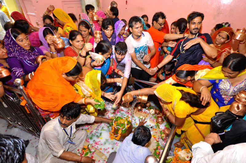 People worship lord Shiva on the last Monday of the holy month of Sawan at the Jharkhand temple in Jaipur on Aug 4, 2014.