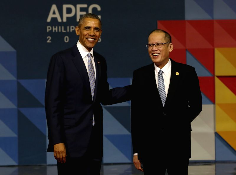 Philippine President Benigno Aquino III (R) poses for a photo with U.S. President Barack Obama before the start of the 23rd APEC Economic Leaders' Meeting in Manila, ...