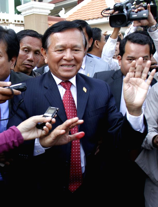 Kem Sokha (C), vice-president of the opposition Cambodia National Rescue Party (CNRP), speaks to reporters as he leaves a court in Phnom Penh, Cambodia, April 8, ... - Hun S