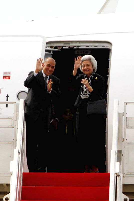 Cambodian King Norodom Sihamoni (L), and his mother, former Queen Norodom Monineath Sihanouk, gesture from a plane Aug. 25, 2014 in Phnom Penh. King Norodom ...