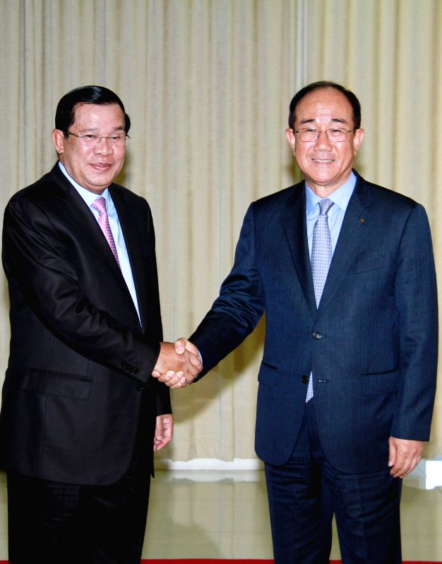 Cambodian Prime Minister Hun Sen (L) shakes hands with Lee Duk Hoon (R), president of the Export-Import Bank of the Republic of Korea in Phnom Penh, Cambodia, ... - Hun Sen
